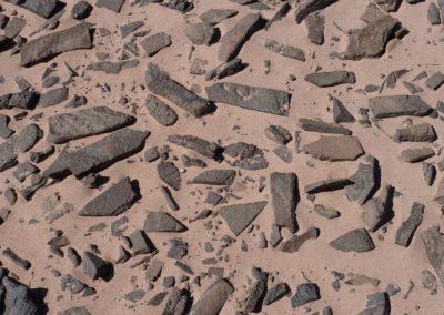 Basalte liegen auf der Erde und haben von Natur aus die passende Form fürs Litophon (Klangstein-Instrument)