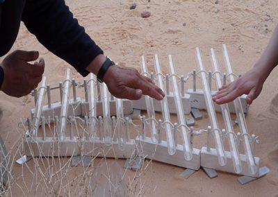 Das Glasröhrenspiel korrespondiert mit der Sanddüne