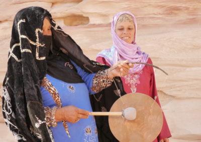 Khadija kommt zum Abschlusskonzert und entdeckt die Gongs