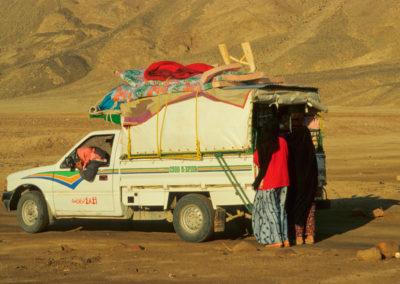 """Die fliegende Tante Emma  -  """"Fliegende Händler"""", meist Beduinen aus dem Nordsinai fahren ihre Ware auch in abgelegene Täler. An Bord: Kleidung, Unterwäsche, Batterien, Rasierklingen, Kämme, Spiegel, Kekse, Säfte, Milchpulver, Zigaretten, Zündhölzer usw. und auf dem Dach sogar Decken und Matratzen."""