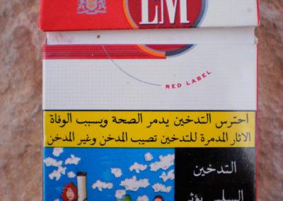 """Rauchen tötet (""""Rauchen gefährdet den Raucher und die Menschen in seiner Nähe"""") - Fast alle Beduinen rauchen gerne, am liebsten Khudri, ihren selbst angebauten Tabak. Auf ägyptischen Zigarettenpackungen sollen abschreckende Bilder und Botschaften Bewusstsein für die Schädlichkeit des Rauchens schaffen, es hat aber den Anschein, als ob das niemanden kümmert."""