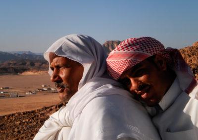 """Ahmad und Freund - Um im Sinai herum zu reisen und um überhaupt in die schönsten Landschaften zu gelangen (und dann auf das Kamel umzusteigen), empfiehlt sich die Fahrt in einem Taxi, bzw. """"Mikrobus"""". Der beste Fahrer, den es unserer Meinung nach gibt ist Ahmad Silman (links) aus Nuweba, hier mit einem zweiten Fahrer, während einer Photopause für seine Fahrgäste."""