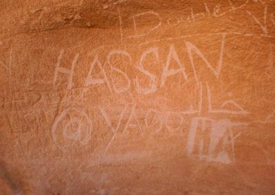 Uralte Inschrift - An den Felswänden stößt man immer wieder auf Inschriften, von denen manche (diese hier wohl nicht...) mehrere tausend Jahre alt sind.