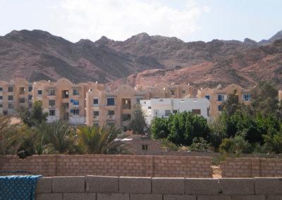 Wohnblocks in Dahab - Wohnraum in den Küstenstädten wird (nicht zuletzt auch durch den Tourismus und den Bau weitläufiger Hotelanlagen) immer knapper und daher teurer, so dass viele Beduinen heute in eine Wohnung ziehen müssen.