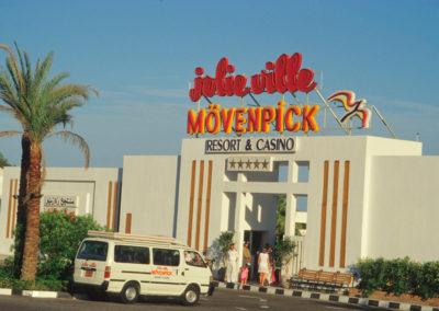 Der andere Sinai - An den Küsten des Roten Meeres befinden sich heute Hotelkomplexe aller gängigen Unternehmer. An den einst einsamen Stränden, wo Beduinen durch die Jahrhunderte Palmen kultiviert hatten sind Pools und Golfplätze entstanden. Zigtausende von Hotelbetten stehen zur Verfügung. An den beiden Flughäfen Taba und Sharm el-Sheikh landen jedes Jahr Millionen von Touristen, die hier meist einen Pauschalurlaub verbringen.