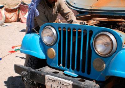 Jeeps wollen Zuwendung - Viele Männer benutzen bis heute Jeeps aus den 70 er Jahren, wie sie während der Besatzung durch die Israelis vom Militär benutzt wurden. Der Vorteil ist, dass diese Fahrzeuge leicht repariert werden können und trotz ihres Alters jede Herausforderung des Wüstenbodens ebenso gut meistern wie die hochmodernen Cruiser.