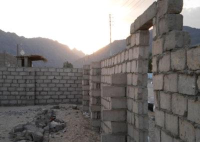 Bauen mit Beton - Heute bauen die Beduinen feste Häuser aus Zement und umgeben ihre Grundstücke in der Stadt mit hohen Mauern.