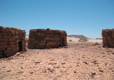 Nawamis - Diese Gebäude wurden von Archäologen als Grabbauten identifiziert, deren Alter auf 5000-6000 Jahre geschätzt wird. Israelische Forscher fanden dort Skelette und Grabbeigaben.