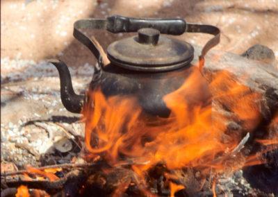Teekanne - Ein Beduine, heißt es, kann nicht länger als eine halbe Stunde sitzen, ohne Tee zu kochen. Tee gibt es zu jeder Tages- und Nachtzeit. Neben schwarzem Ceylontee sind es diverse Kräuter der Wüste, die aufgegossen werden. Meist kommt dann eine ordentliche Portion Zucker dazu.