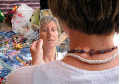 Schmuckverkauf - Manche Beduinenfrauen können ihren Haushalt mit Schmuckverkauf finanzieren, das geht aber nur, wenn es gute Absatzmöglichkeiten gibt. Es sind oft Initiativen von außen, die diese Möglichkeiten bieten, zum Beispiel das Projekt Fansina in St. Katherine, das mit EU-Geldern aufgebaut wurde oder das Projekt von Andrea Nuß in Nuweiba.