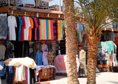 Dahab Promenade - An der Promenade von Dahab findet sich Laden neben Laden, meist mit ganz ähnlichen Angeboten, vor allem Kleidung, Taschen und Teppiche sowie Souvenirs und Einrichtungsgegenstände, die typisch für Ägypten, aber auch aus aller Welt zusammen gewürfelt sind.
