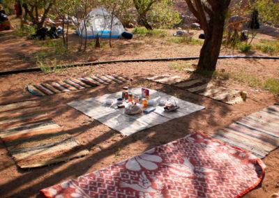 Frühstücksbuffet - Auf unseren Bergwanderungen im Hochgebirge nächtigen wir in den Gärten der Beduinen. Einkaufsmöglichkeiten gibt es dort keine, so müssen wir alles, was man braucht in der Stadt besorgen und mit uns führen.