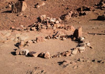 Die kleine Moschee - Dieser Steinkreis dient Muslimen zum Gebet. Der größere Stein rechts im Bild zeigt an, in welche Richtung man beten muss, also Richtung Mekka.